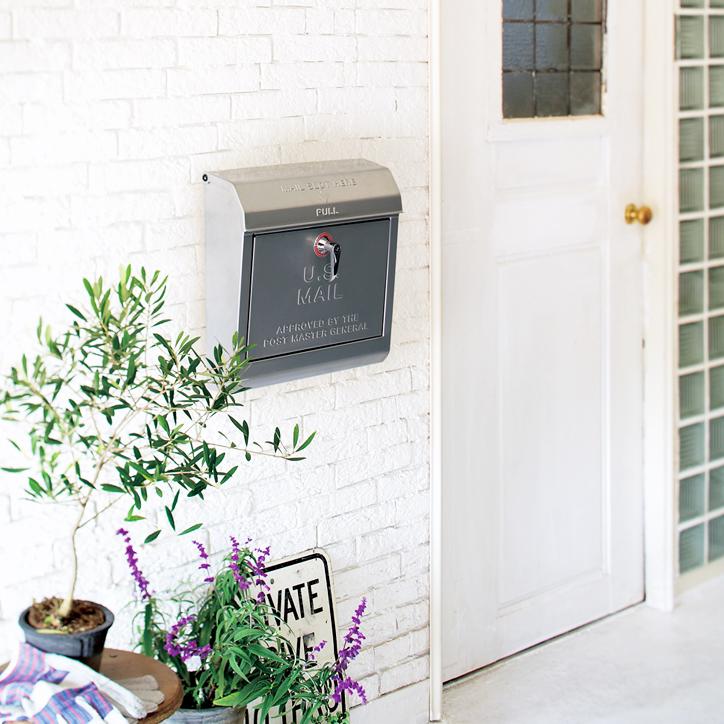 TK-2075 US Mail Boxを飾った玄関